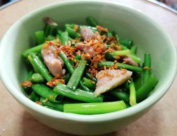 😋 เช็คอินความอร่อย! : ผัดดอกหอมกับหมู หวานกรอบอร่อย